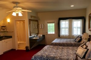 queen suite, double queen bed, cozy, charming, windows