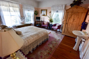antique furnished room, queen-sized bed
