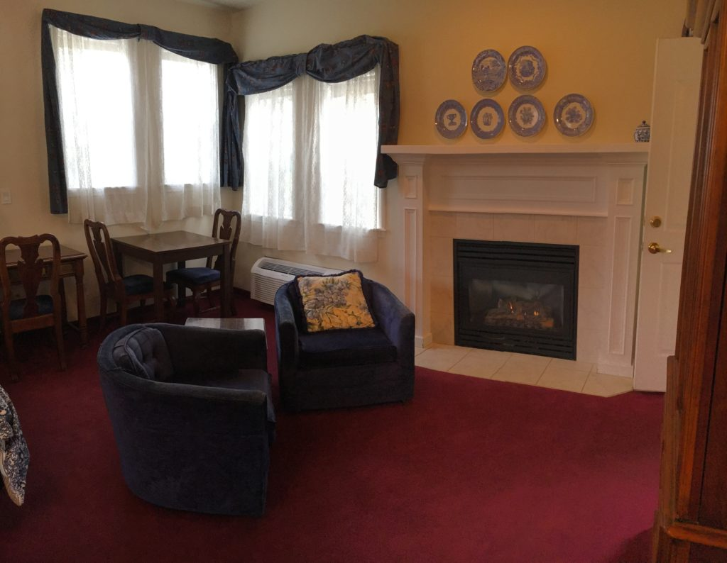 Carriage house hotel mccall id new meadows id queen suite fireplace lounge chairs scenic view teraionfo